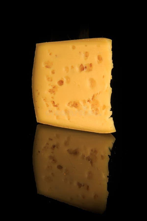 vue verticale du morceau jaune poreux dur de fromage avec des trous images libres de droits