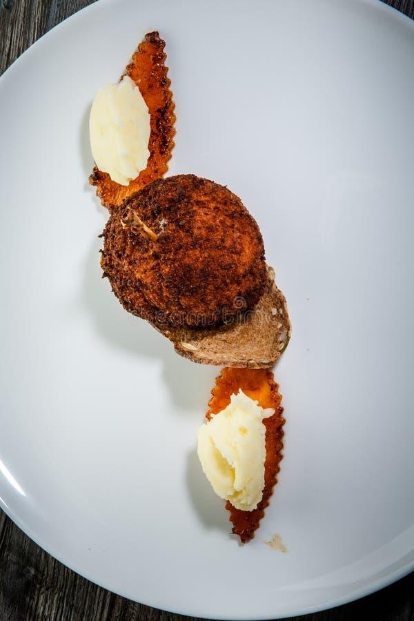 vue verticale sur la délicieuse boulette de poulet à la purée de pommes de terre photo stock