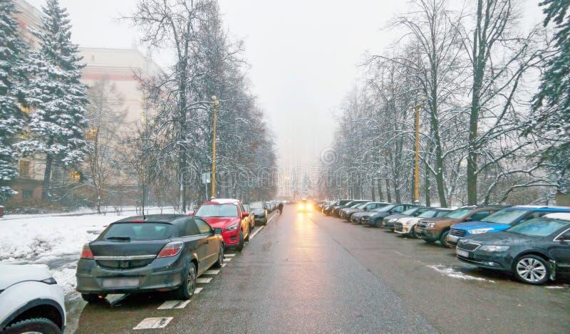 Vue vibrante de campus brumeux d'hiver d'université russe célèbre avec les arbres neigés et les voitures brumeuses à Moscou photos stock