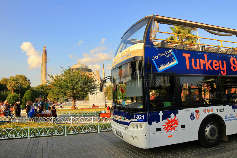 Vue voyant l'autobus et le Hagia Sophia image stock