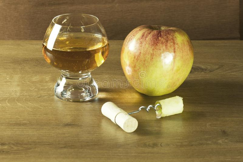 Vuele en espiral la base evocada de la manzana roja para un zumo de manzana fresco fotografía de archivo libre de regalías