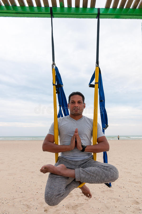 Vuele la yoga, hombre que hace ejercicios de la yoga en el fondo del mar Deporte y concepto sano imagenes de archivo