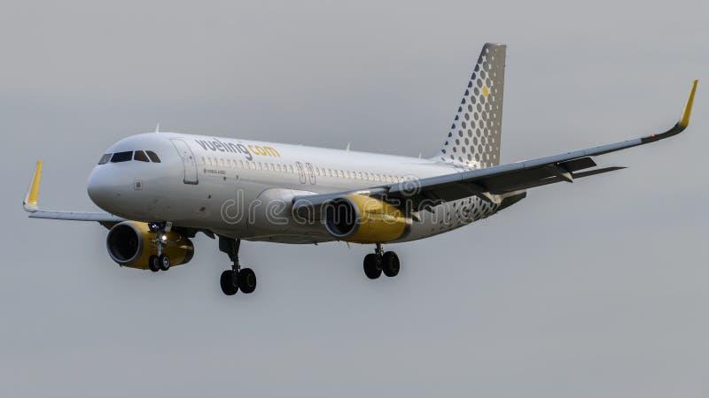 Vueling Airlines-Luchtbus A320 het landen royalty-vrije stock afbeelding
