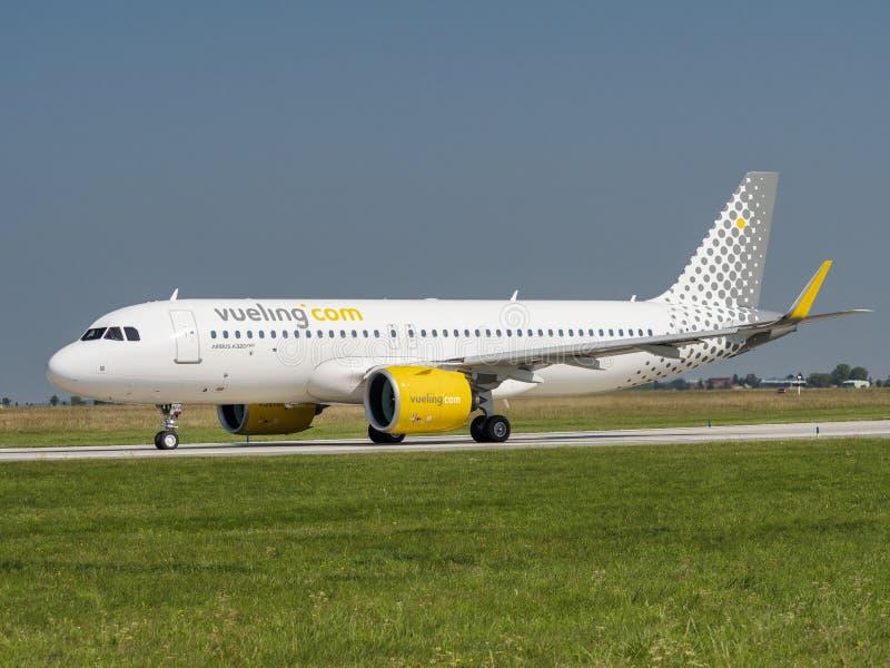 Vueling Airlines VLG/VY Airbus A320 NEO op de luchthaven Vaclav Havel, Prague PRG stock afbeeldingen