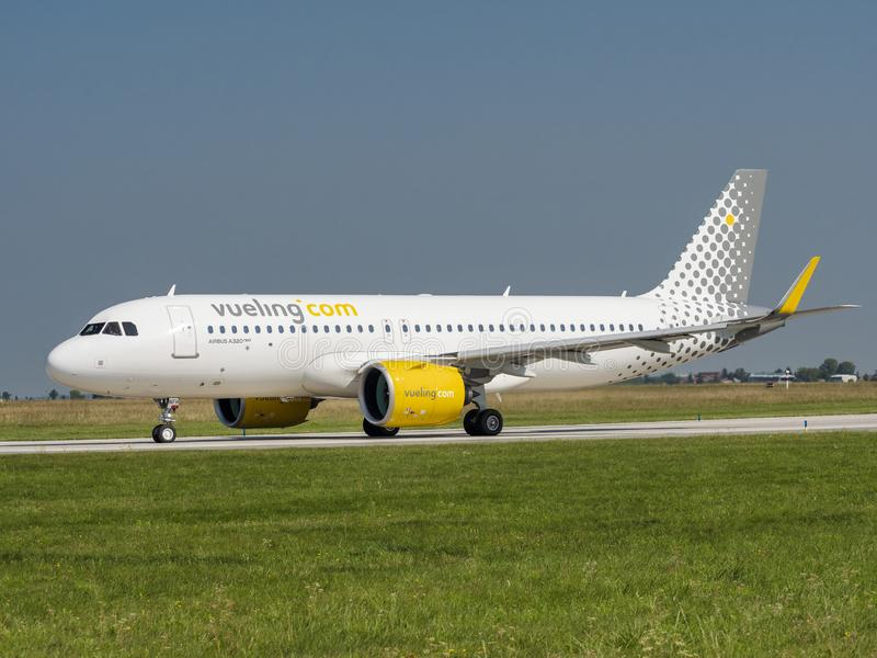 Vueling Airlines VLG/VY Airbus A320 NEO w porcie lotniczym Vaclav Havel Prague PRG obrazy stock