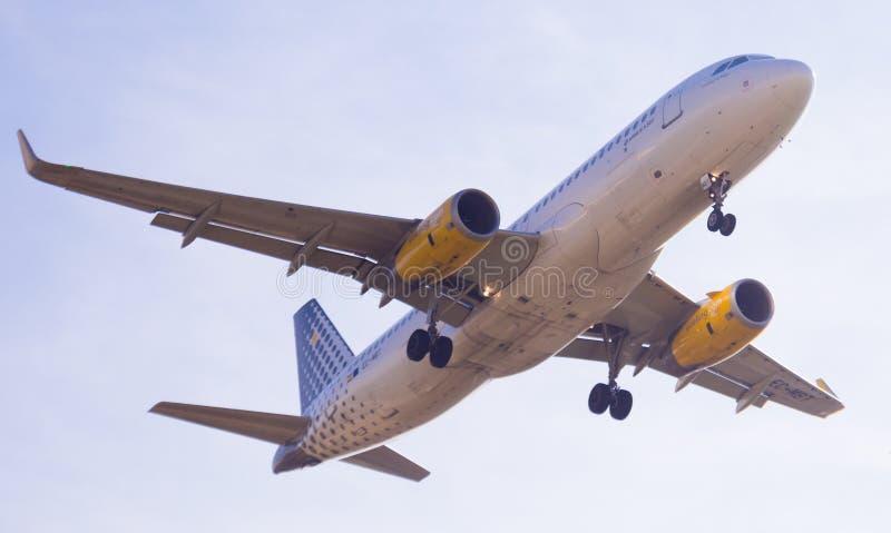 Vueling Airlines-vliegtuig het landen stock afbeeldingen