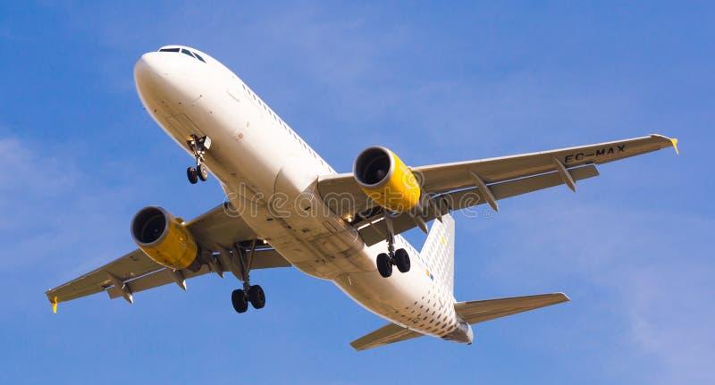 Vueling Airlines-vliegtuig het landen stock foto
