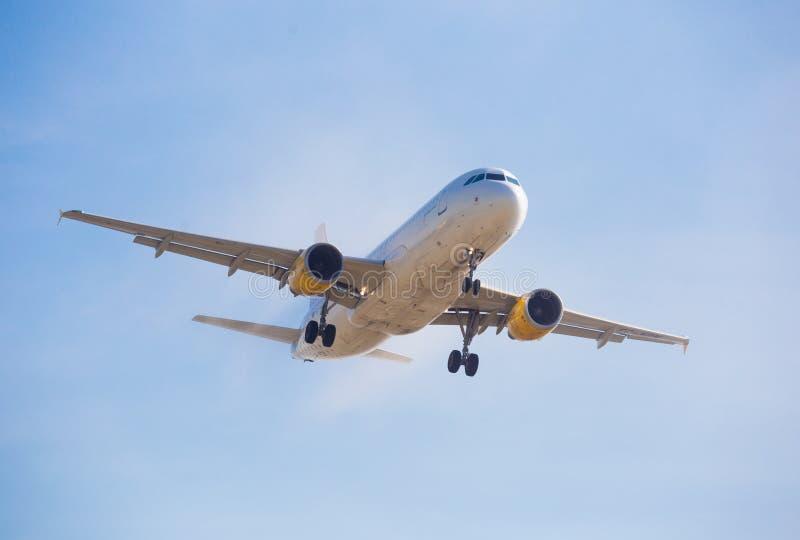 Vueling Airlines-vliegtuig het landen stock fotografie