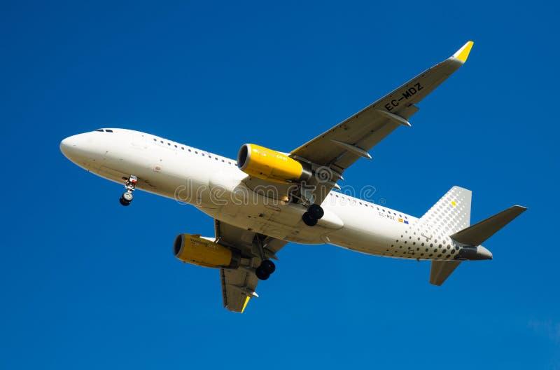Vueling Airlines-vliegtuig het landen royalty-vrije stock afbeelding