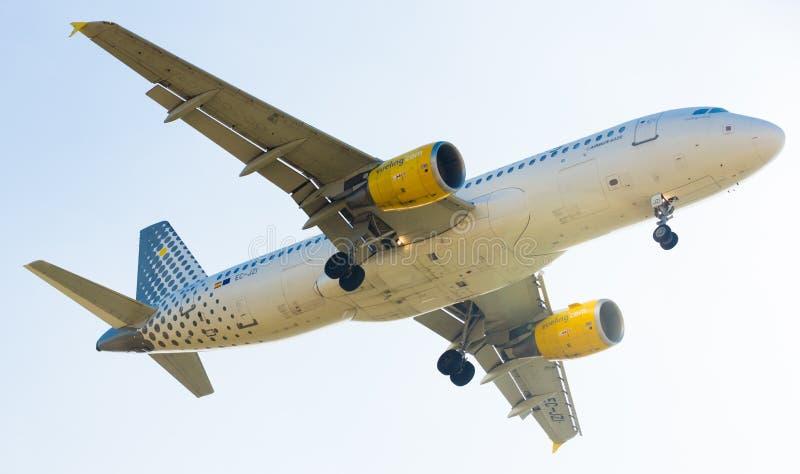 Vueling Airlines-vliegtuig het landen royalty-vrije stock afbeeldingen