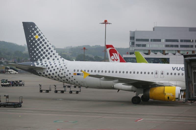 Vueling Airlines-vliegtuig op tarmac bij de Luchthaven van Zürich royalty-vrije stock afbeeldingen