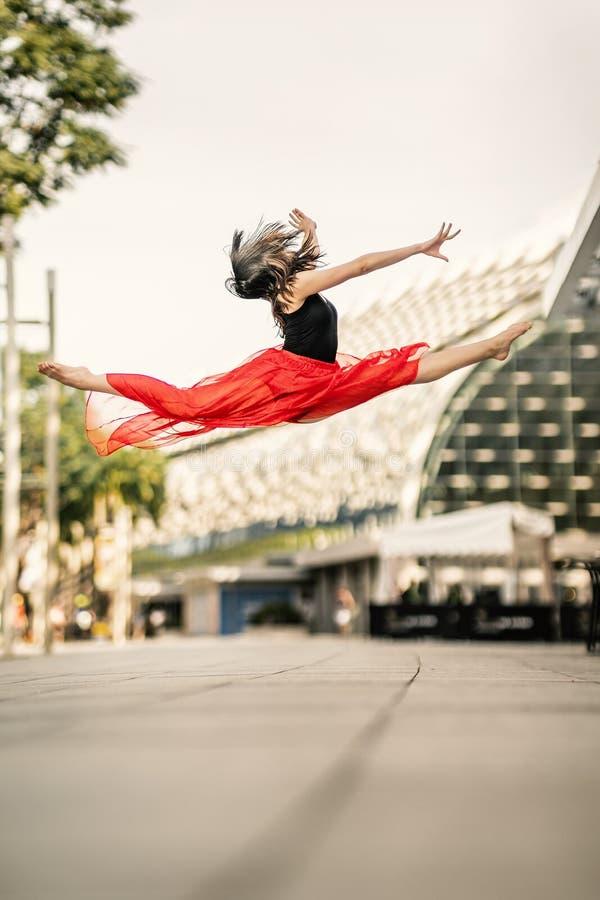 vuelo Bailarín joven hermoso Jumping High para arriba imagen de archivo libre de regalías