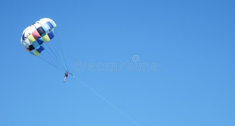 Vuelo caucásico del skydiver con un paracaídas Libertad, extremo, SP imagen de archivo libre de regalías