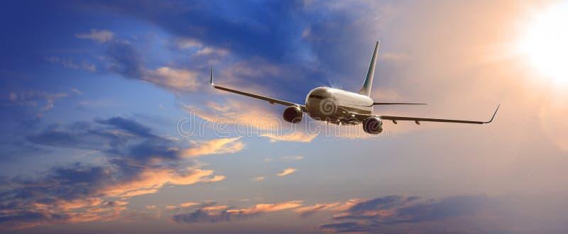 Vuelo comercial del aeroplano sobre las nubes fotografía de archivo libre de regalías