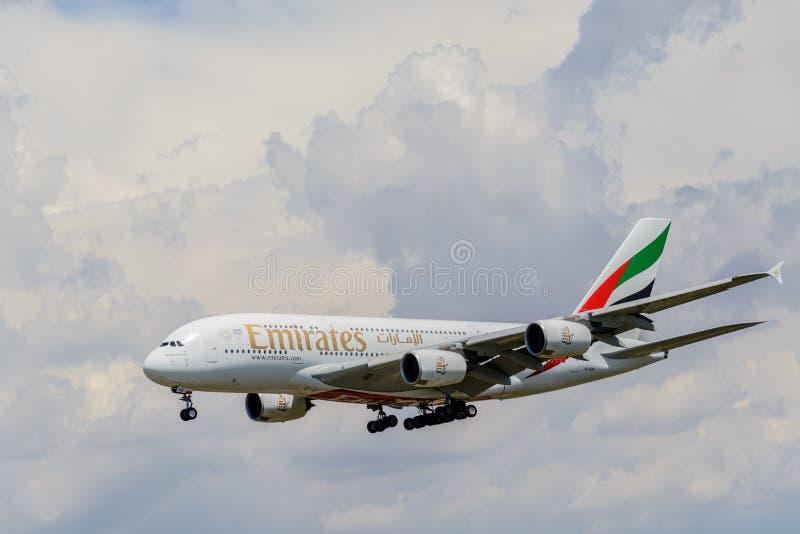 Vuelo de Airbus A380-800 fotografía de archivo