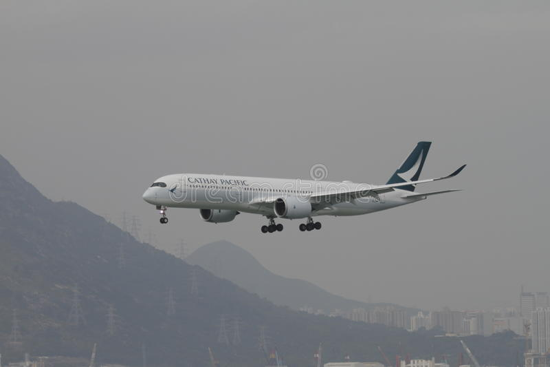 Vuelo de Cathay Pacific A350 que aterriza a Hong Kong fotografía de archivo libre de regalías