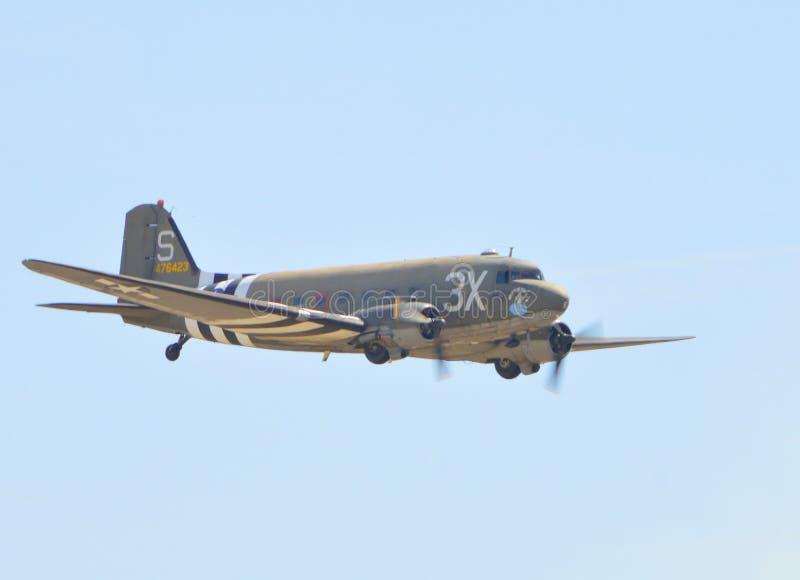 Vuelo de Douglas C-53D Skytrooper en día claro fotos de archivo