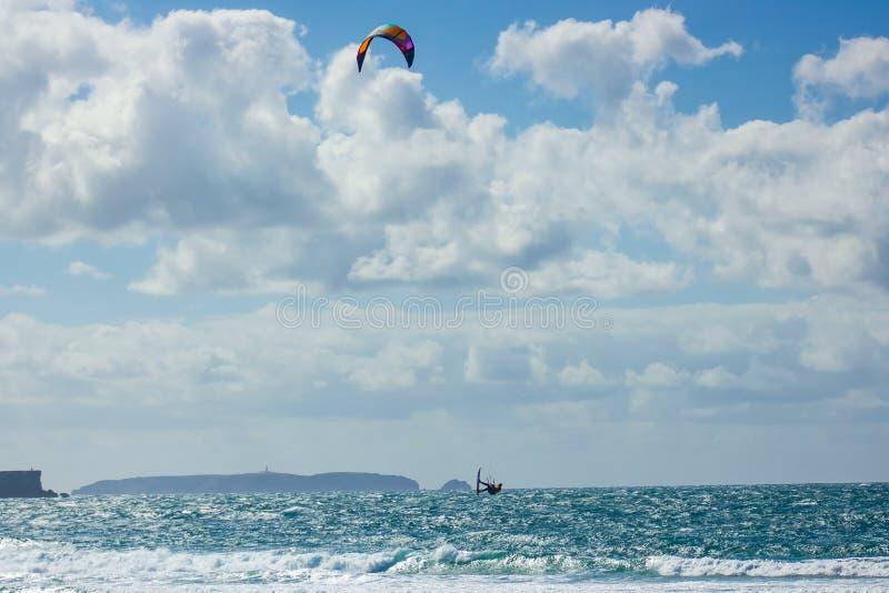 Vuelo de Kitesurfer delante de la isla de Berlenga, Portugal fotografía de archivo libre de regalías
