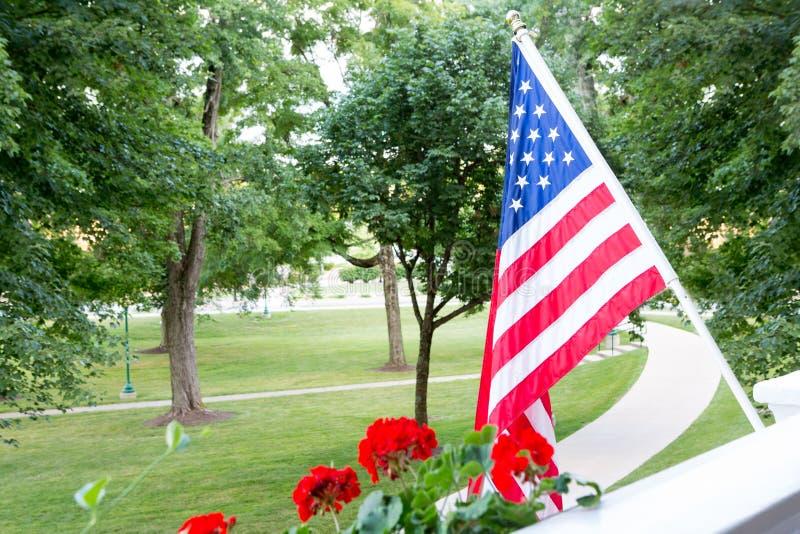 Vuelo de la bandera americana de un balcón o de un patio imágenes de archivo libres de regalías