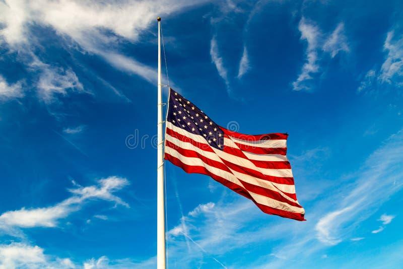 Vuelo de la bandera de los E.E.U.U. en el Mitad-personal fotografía de archivo