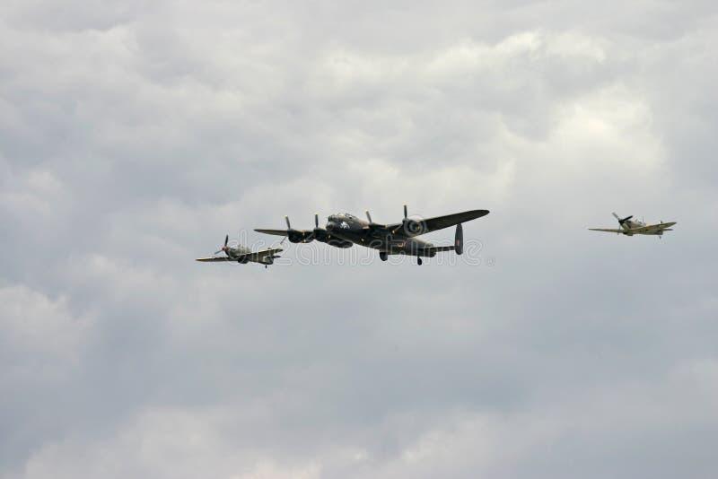 Vuelo de la batalla de Inglaterra que ofrece un bombardero de Lancaster WW2 y un huracán y una fiera foto de archivo libre de regalías