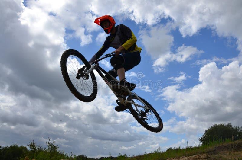 Vuelo de la bici de montaña imagen de archivo