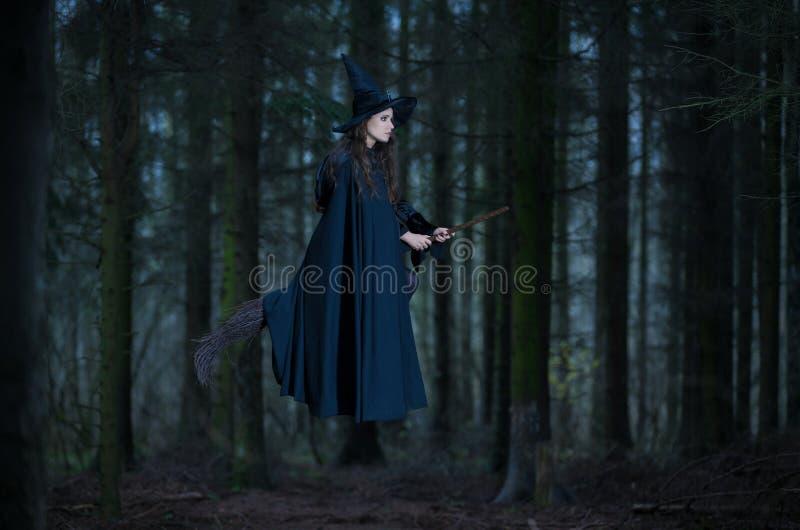 Vuelo de la bruja en una escoba fotografía de archivo libre de regalías