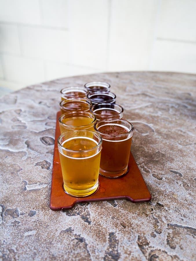 Vuelo de la cerveza fotografía de archivo libre de regalías