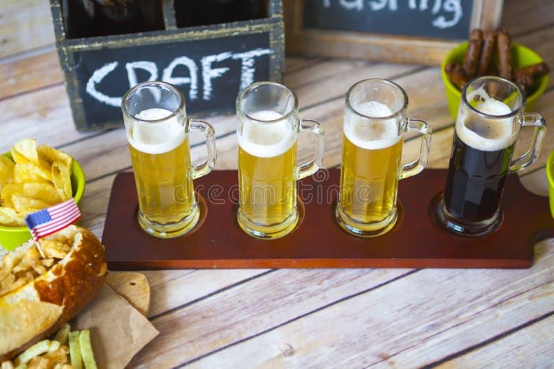 Vuelo de la cerveza fotos de archivo