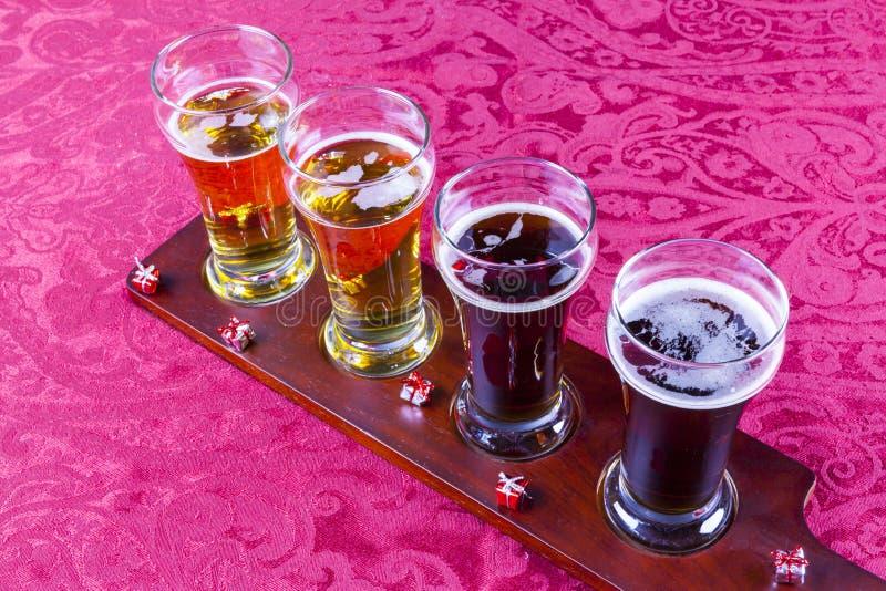 Vuelo de la cerveza de la Navidad fotos de archivo libres de regalías