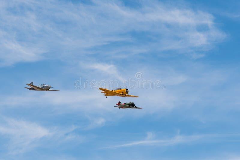 Vuelo de la formación de tres aviones viejos del biplano durante salón aeronáutico fotos de archivo libres de regalías