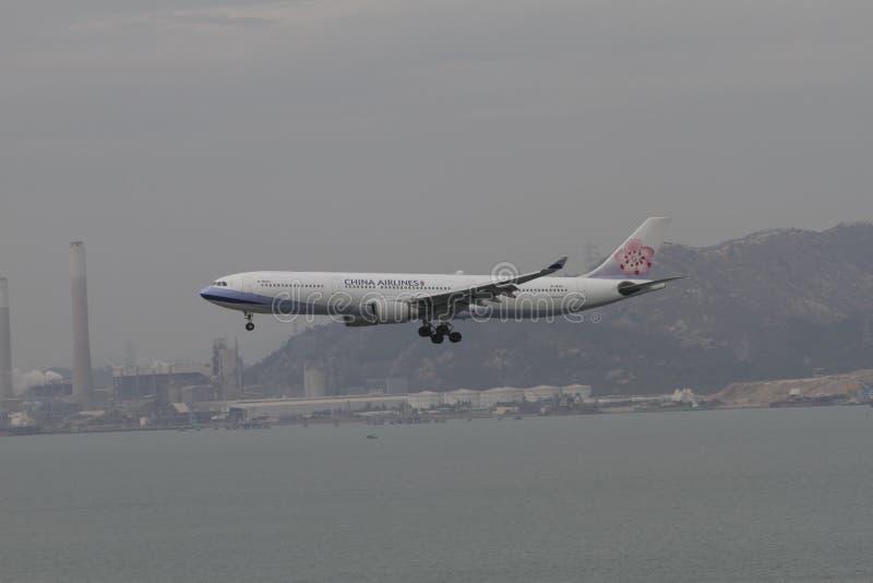 Vuelo de la línea aérea A350 de China que aterriza a Hong Kong imágenes de archivo libres de regalías
