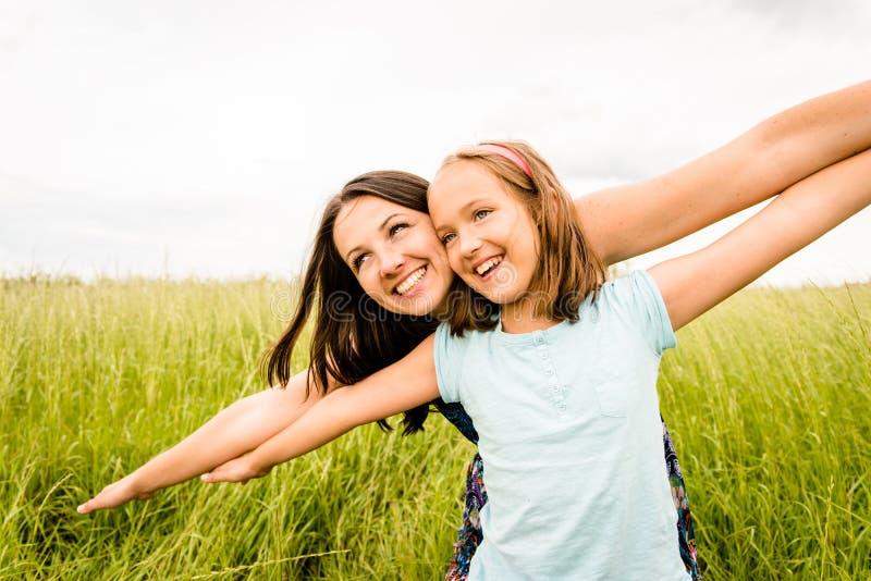 Vuelo de la madre y del niño foto de archivo libre de regalías