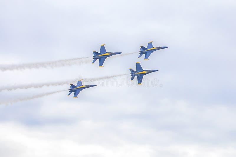 Vuelo de los aviones de combate del avispón de los ángeles azules de US Navy en la formación durante un funcionamiento de maniobr imágenes de archivo libres de regalías