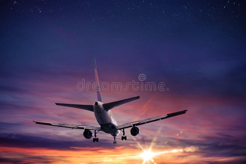 Vuelo de los aviones de la puesta del sol fotografía de archivo libre de regalías