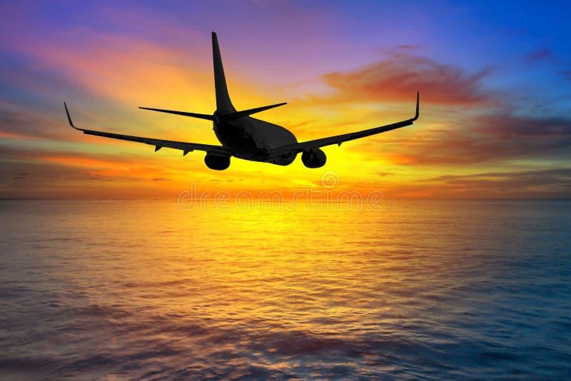 Vuelo de los aviones en la puesta del sol fotografía de archivo