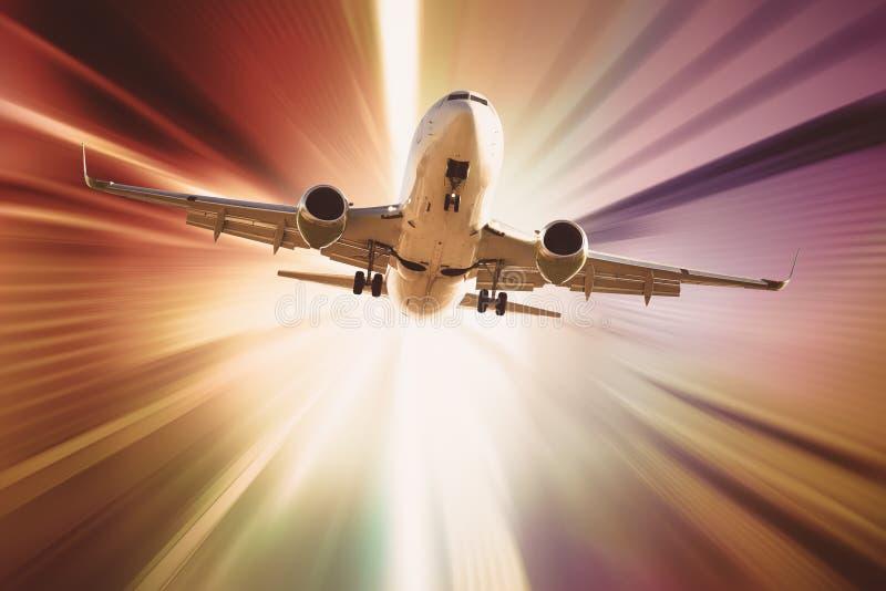 Vuelo de los aviones en luz del sol divergente fotos de archivo