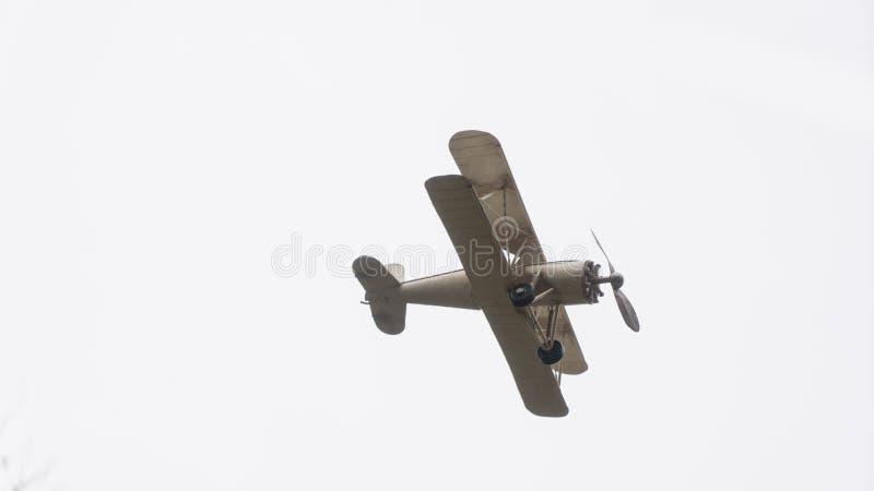 Vuelo de los aviones modelo en el aire foto de archivo