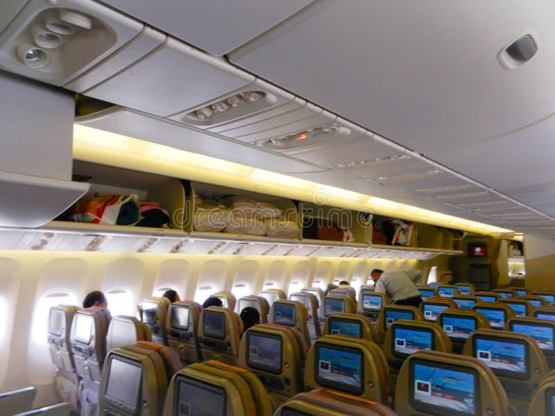 Vuelo de los emiratos, Dubai, UAE, el 4 de abril de 2012: asientos de los emiratos desde adentro foto de archivo