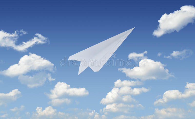 Vuelo de papel en cielo azul, concepto del aeroplano del líder imagenes de archivo