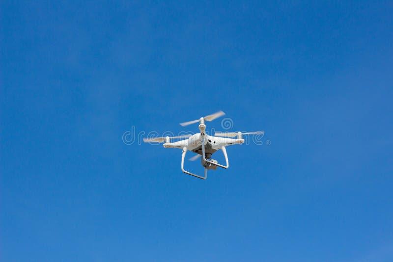 Vuelo de Quadrocopter en el cielo fotografía de archivo libre de regalías