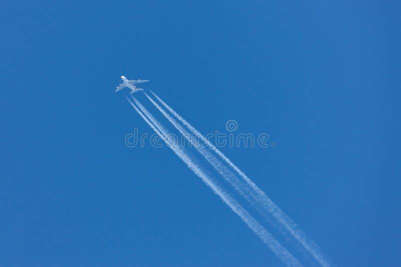 Vuelo de Singapore Airlines Airbus A380 en el machacamiento de altitud con una estela de vapor larga imagen de archivo libre de regalías