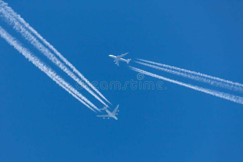 Vuelo de Singapore Airlines Airbus A380 en la altitud que cruza con Lufthansa Boeing 747 que vuela en gran proximidad imagen de archivo libre de regalías
