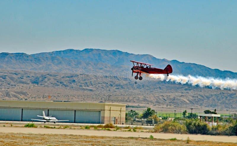 Vuelo de Stearman de paso bajo sobre el campo de aviación fotografía de archivo