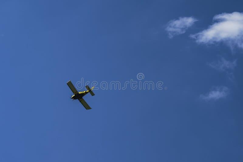 Vuelo de tres pequeño aviones en el cielo contra un fondo de nubes uno al lado del otro fotos de archivo