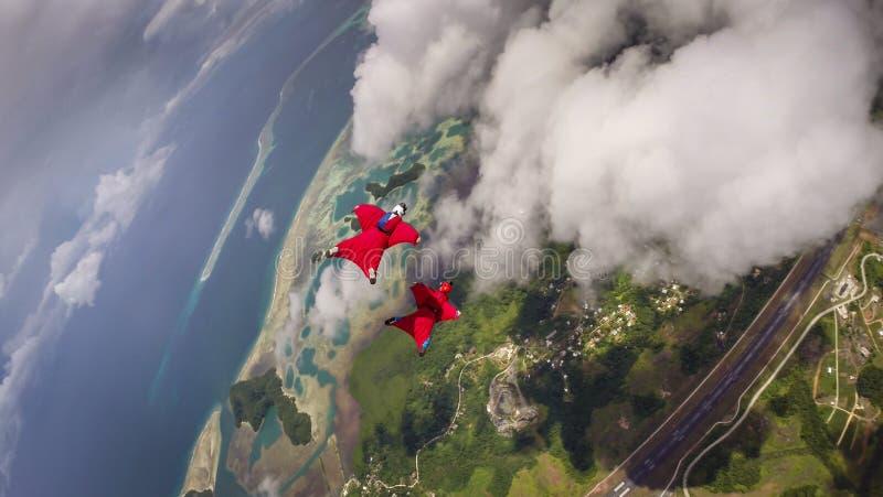 Vuelo de Wingsuit en Koror, Palau imagen de archivo