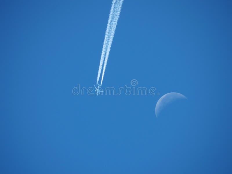 Vuelo del aeroplano en círculos alrededor de la luna durante el día en Philomath Oregon antes del eclipse solar imagen de archivo