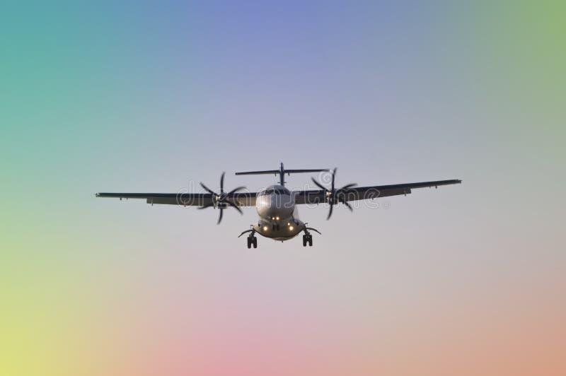 Vuelo del aeroplano en el cielo imágenes de archivo libres de regalías