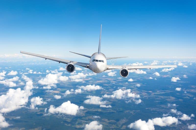 Vuelo del aeroplano del pasajero en el nivel de vuelo alto en el cielo sobre las nubes de cúmulo y el cielo azul Visión directame imagenes de archivo