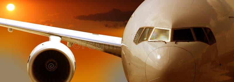 Vuelo del aeroplano, puesta del sol imagen de archivo libre de regalías